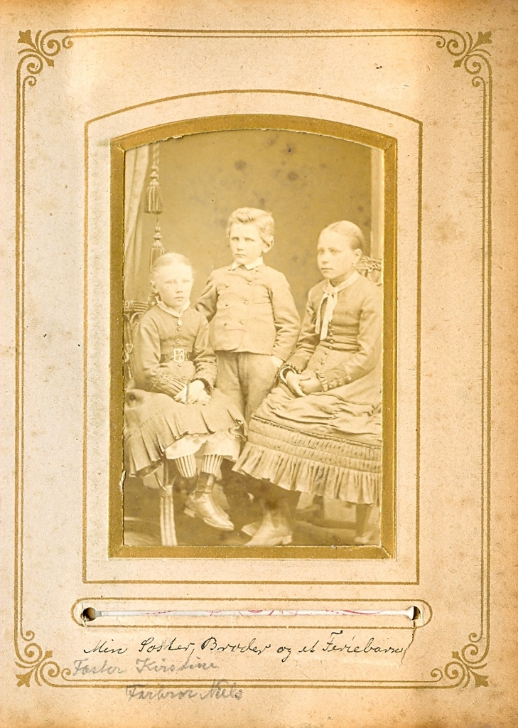 9.30.3  Min søster, broder og et Feriebarn. Faster Kristine og Farbror Niels.  Børn af Jens Jensen og Johanne Nørby i Brunsgaard i Vandborg ca 1880.  Fra venstre: 1. Kirstine Jensen, født 1871 i Brunsgaard, gift med Peder Kastbjerg fra Løngaard i Dybe. 2. Niels Nørby Jensen, født 23.01.1874 i Brunsgaard, senere ejer af gaarden, gift med Mette fra Mægbæk. 3. En feriepige - navn er ikke kendt-