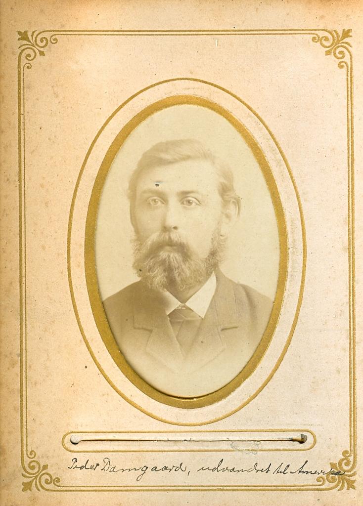 9.5.2  Peder Damgaard, udvandret til Amerika  Peder Pedersen Damgaard, født 1854 i Damgaard i Vandborg som søn af Peder Poulsen Damgaard og hustru Sidsel Jensdatter fra Brunsgaard.  Foto fra begyndelsen af 1880-erne. Han emigrrede 1884 til Amerika, hvor han blev farmer.