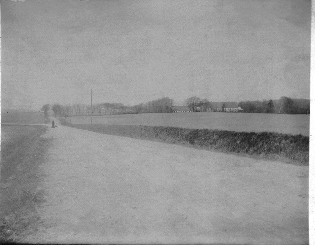 73.17  Formodentlig Sophienborg gods til højre og vejen til Tulstrup til venstre.