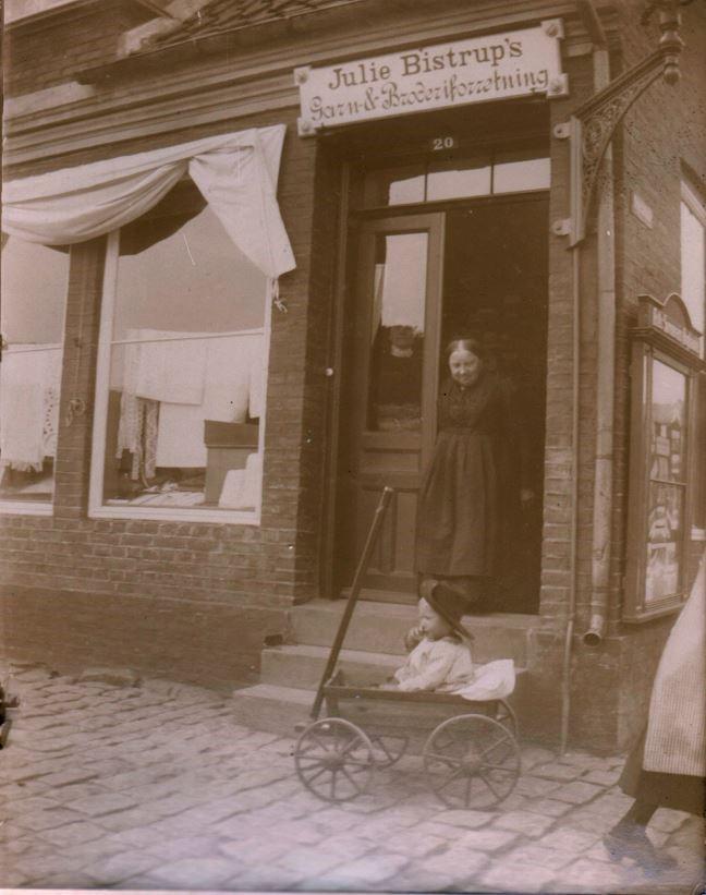 73.38  Julie Bistrups forretning i Rønne, 3700