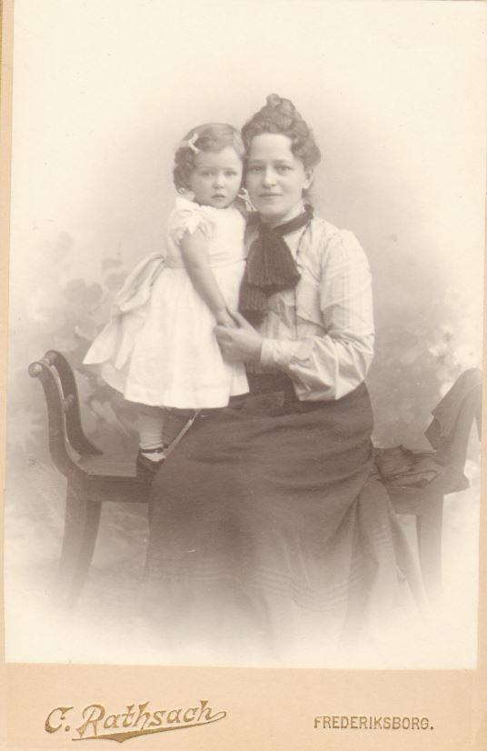 74.106 Else Thomasine Møller f. 9/6 – 1872 med datter, Eva eller Agnete