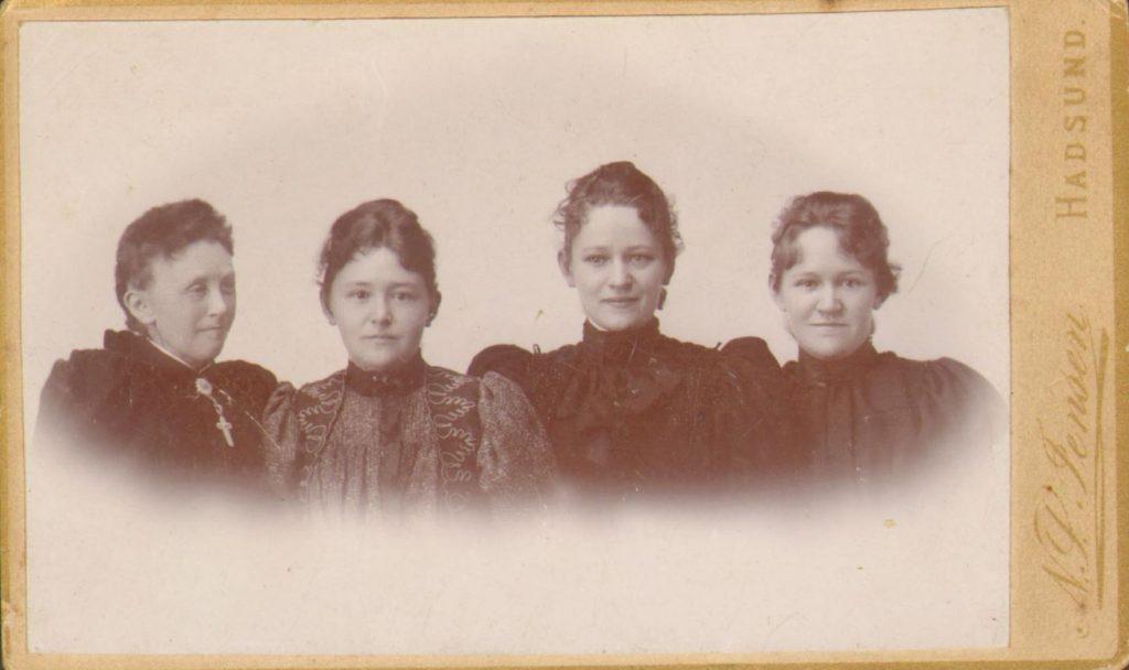 74.42  Fra venstre: Caroline Christence Møller f. 2/7 – 1867