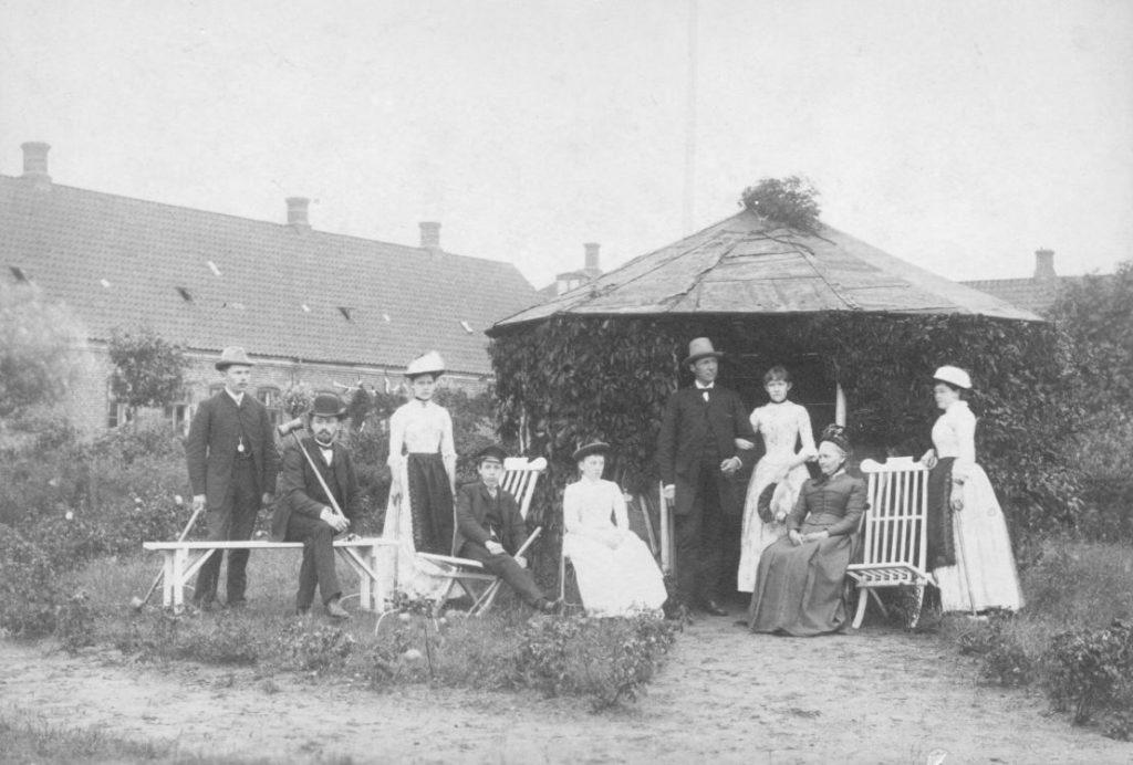 74.52  Tekst på bagside :  Den Møllerske Familie, Hadsund