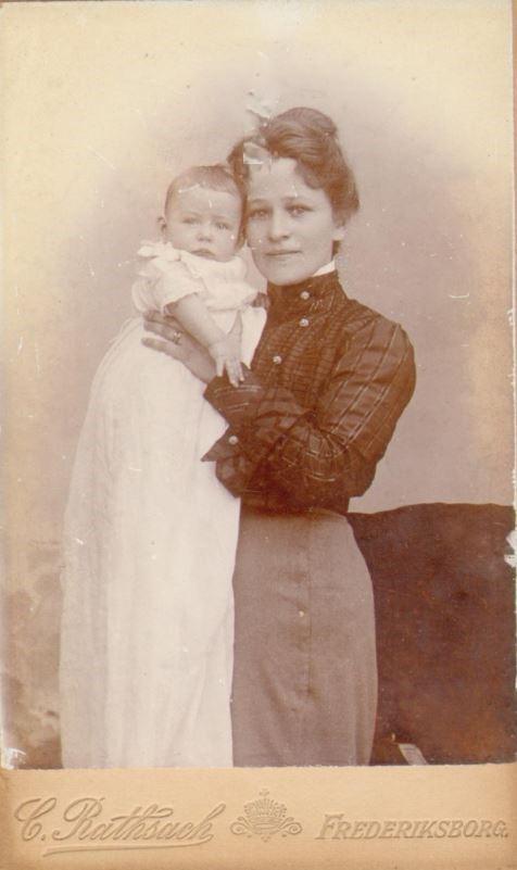 74.81 Else Thomasine Møller f. 9/6 – 1872 med et barn, Eva, Viggo eller Agnete
