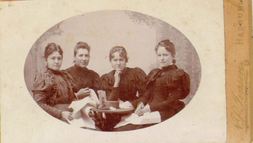 74.94 Fra venstre: Ida Johanne Møller, f. 13/8 – 1870, Caroline Christence Møller f. 2/7 – 1867, Marie Magdalene Møller f 13/12 og Else Thomasine Møller f. 9/6 – 1872