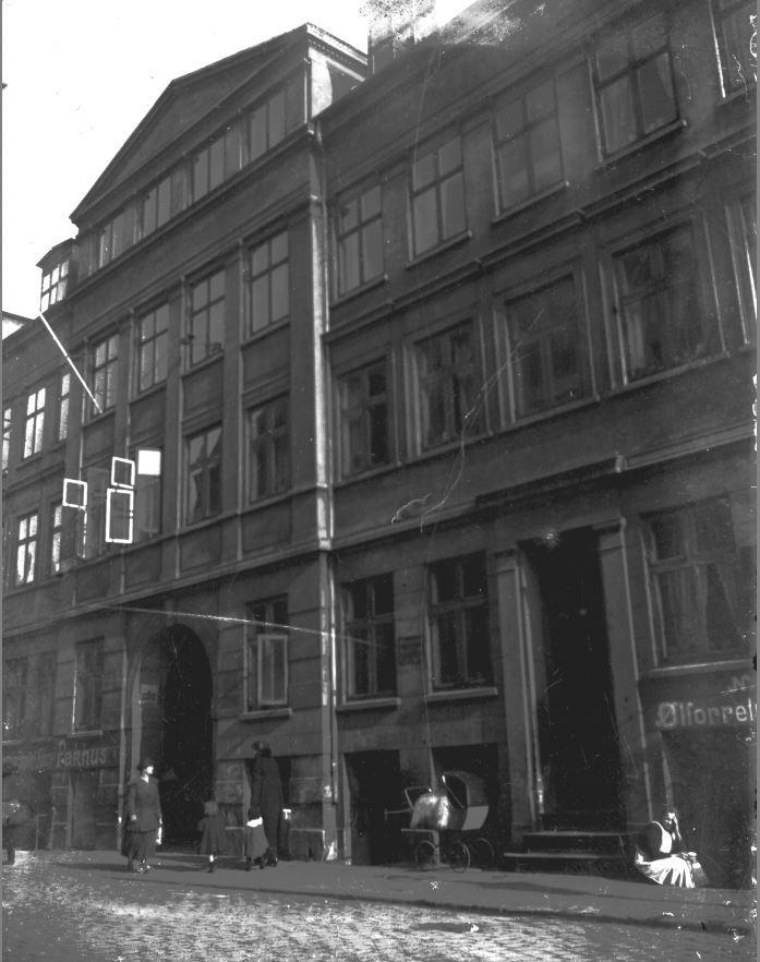 11431.114 Bryggergården - Prinsessegade 10-12-14. 1968. Bryggergården ligger på matriklerne 297, 298 og 299 og ser man på matriklernes historie har der boet to bryggere her. I 1756 brygger Hans Michelsen Fielsted og i 1806 major og brygger Hjorth. Huset er opført i 1755.