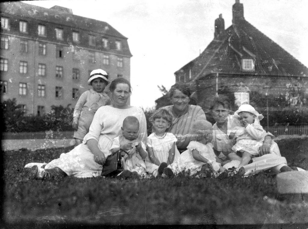 11431.30  Amagerfælledvej 50 A. Familien sidder hvor Bikubenkollegiet ligger i dag.   FB Københavns Omegn 22.4. 2019