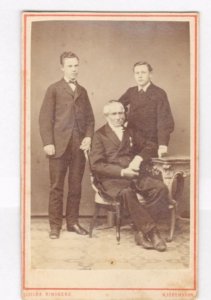 75.14  Stabsdyrlæge David Gotschalk Ringheim 1787-1875 sammen med to sønner Frederik f. 26.2. 1854, og Henrik f. 1864.  Fotograf Alvilda Ringberg, Vestervold 93 samme matrikel som Stormgade 33, København. Billedet er fra cirka 1870