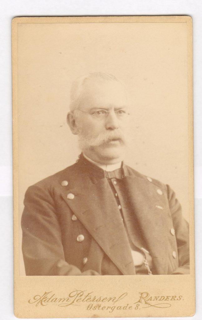 75.23  Gustav Honnens, Kammerherre, Herredsfoged i Randers.  Fotograf Adam Petersen, Østergade 8, Randers