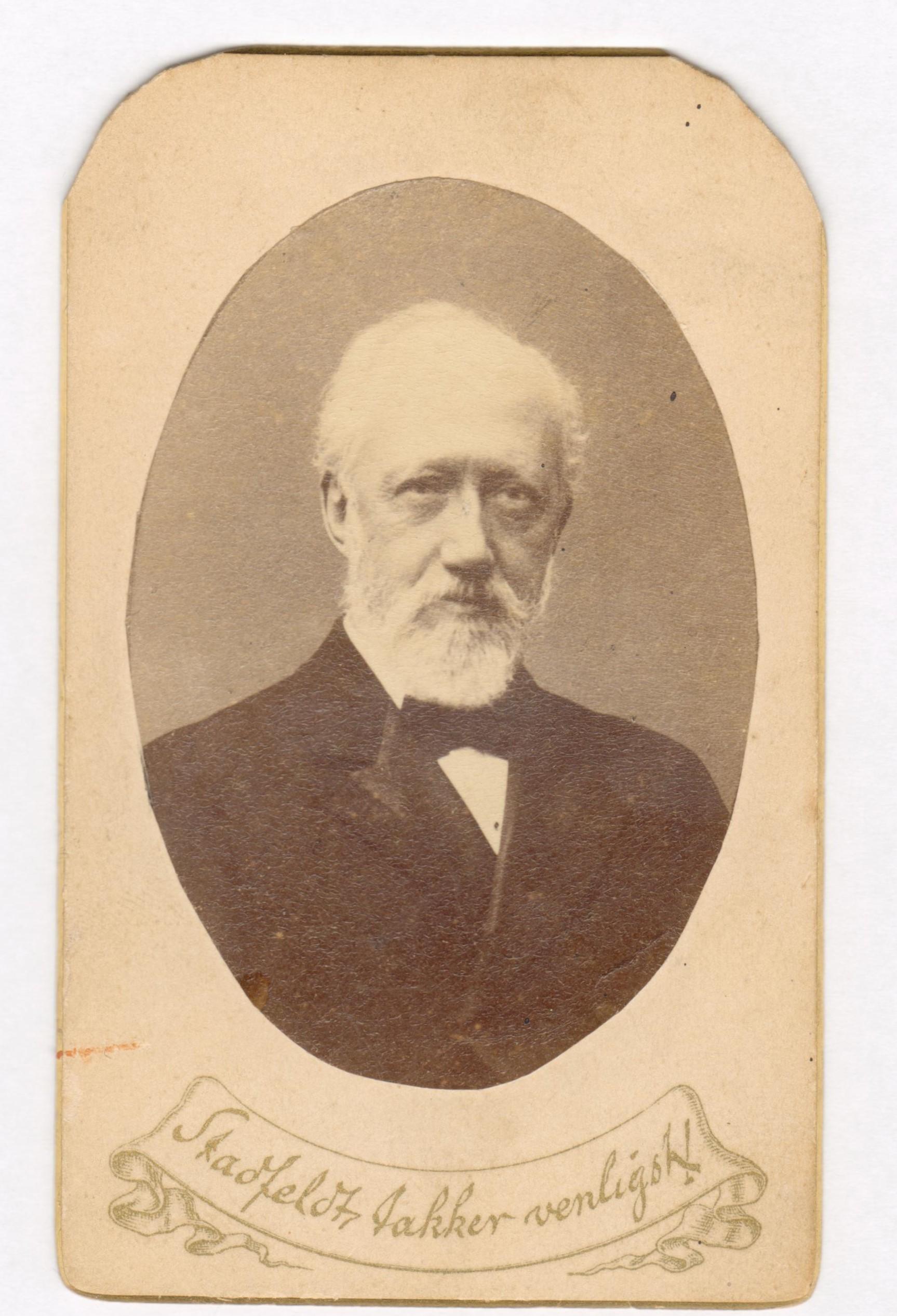 75.29  Stadfelt takker venligt. Notat på bagside af foto : 1892, f. 1830.  Fotograf Georg Hansen, Bredgade 22, København