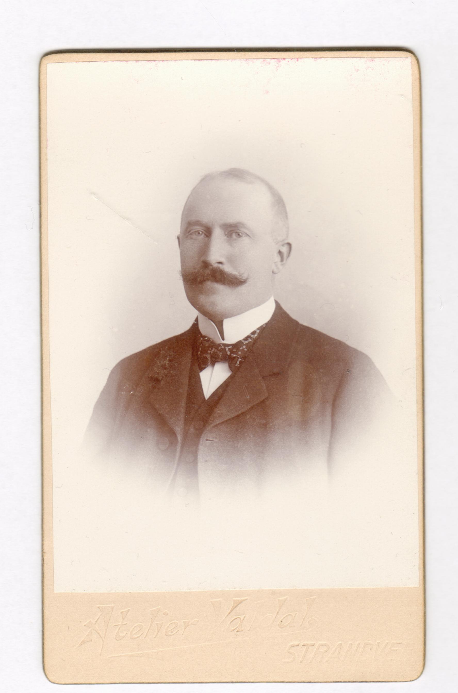 75.30  Oskar Sophus  Borch, f. 13.2 1866, bror til Olaf Georg Borch.  Fotograf Atelier Valdal, Strandvejen 38, Hellerup. Billedet er fra cirka 1906-1912