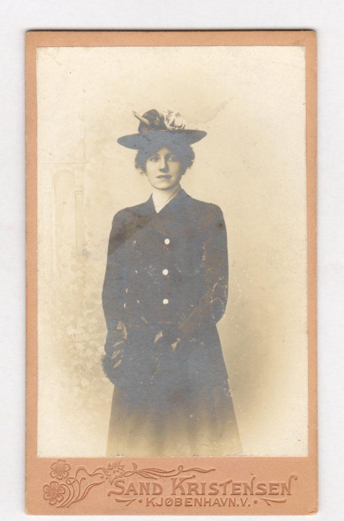 75.32  Anna Borch,datter af Georg Ferdinand Borchs bror William. Fotograf Olaf Sand Kristensen, Gl. Kongevej 128, København.Årstal mellem 1901-1902