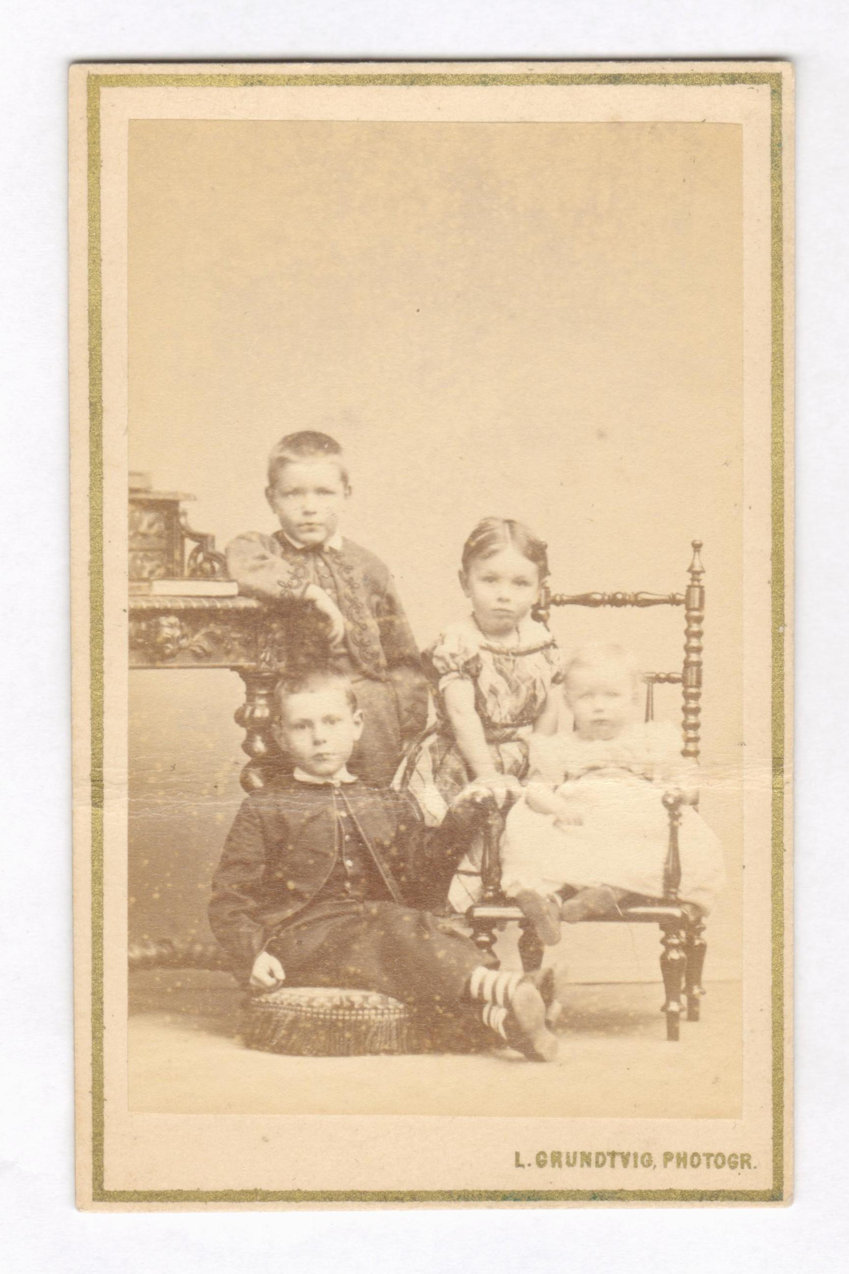 75.44  Christian, John, Betzy og Marie Honnens.  Børn af Gustav Honnens og hustru Jenny Honnens, Randers.  Fotograf L. Grudtvig, Amagertorv 10, København. Datering 1863-1883.
