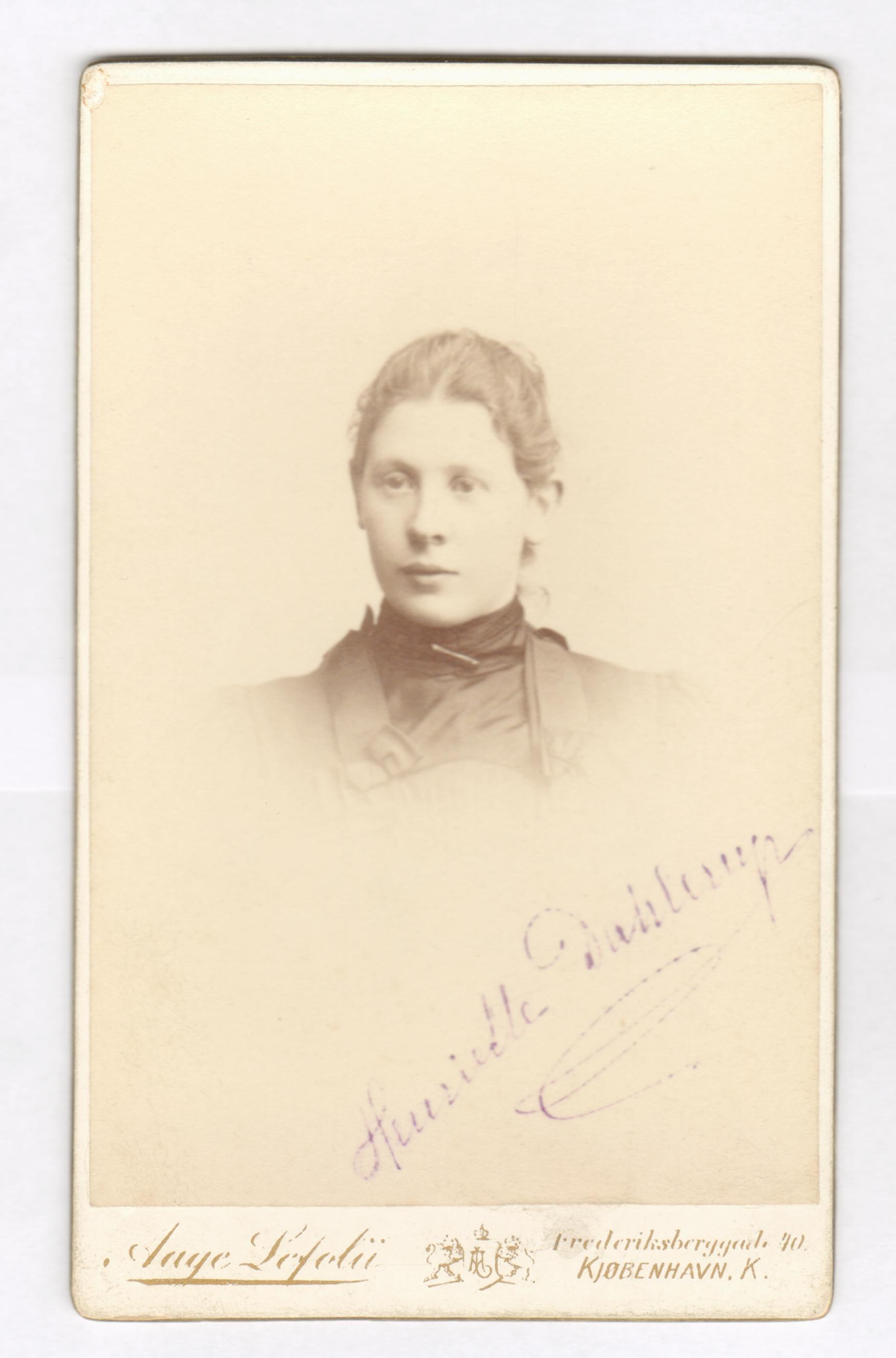 75.50  Henriette Dahlerup, ukendt årstal  Fotograf Aage Lefolii, Frederiksberggade 40, København