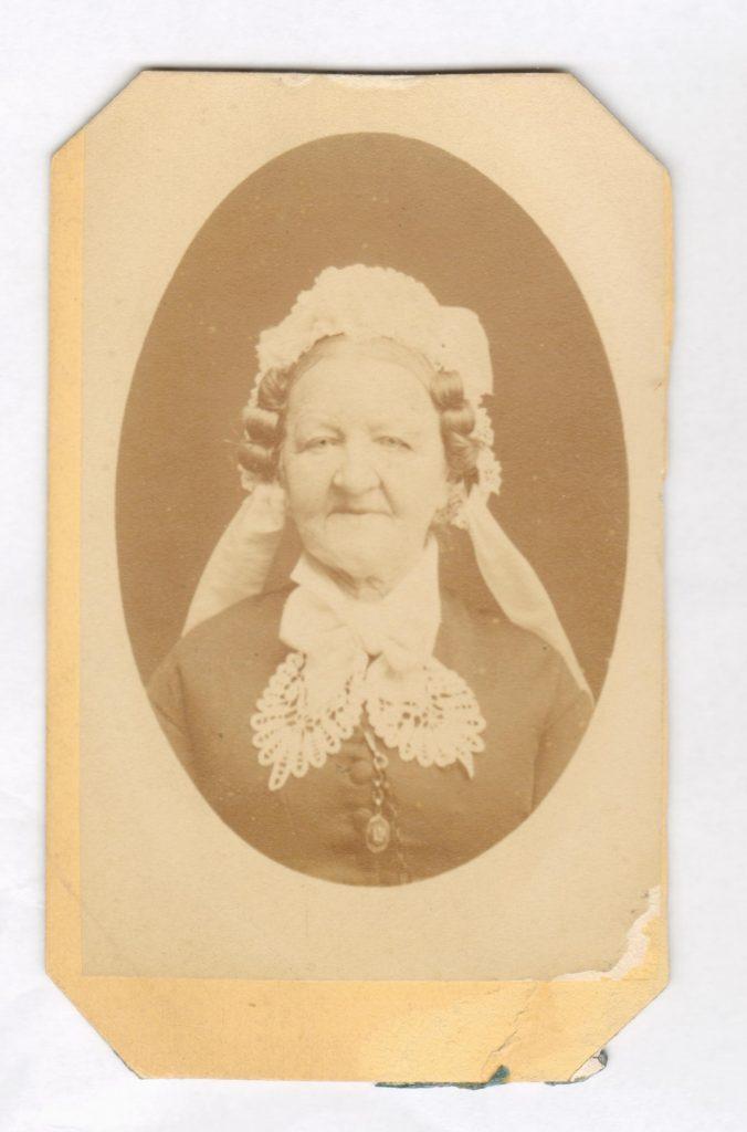 75.53  Charlotte Albeck, f. Lytzen 23.5.1800- 30.8 1884 , g.m. Carl Emil Albeck, krigskommissær.   Fotograf Hansen, Schou og Weller, Østergade 15, København.