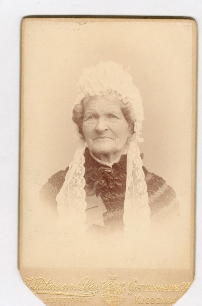 75.54  Marie Zøylner, f. Lytzen 1802-1891, gm. C.F Zøylner.  Fotograf Jens Petersen, Østergade 34, København.  Dateret 1890