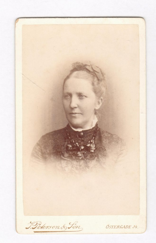 75.56  Emilie Angelica Borch, f. Albeck 28.5 1839-26.2 1914 G.m. G.F Borch. Fotograf Jens Petersen, Østergade 34, København. Dateret 1886