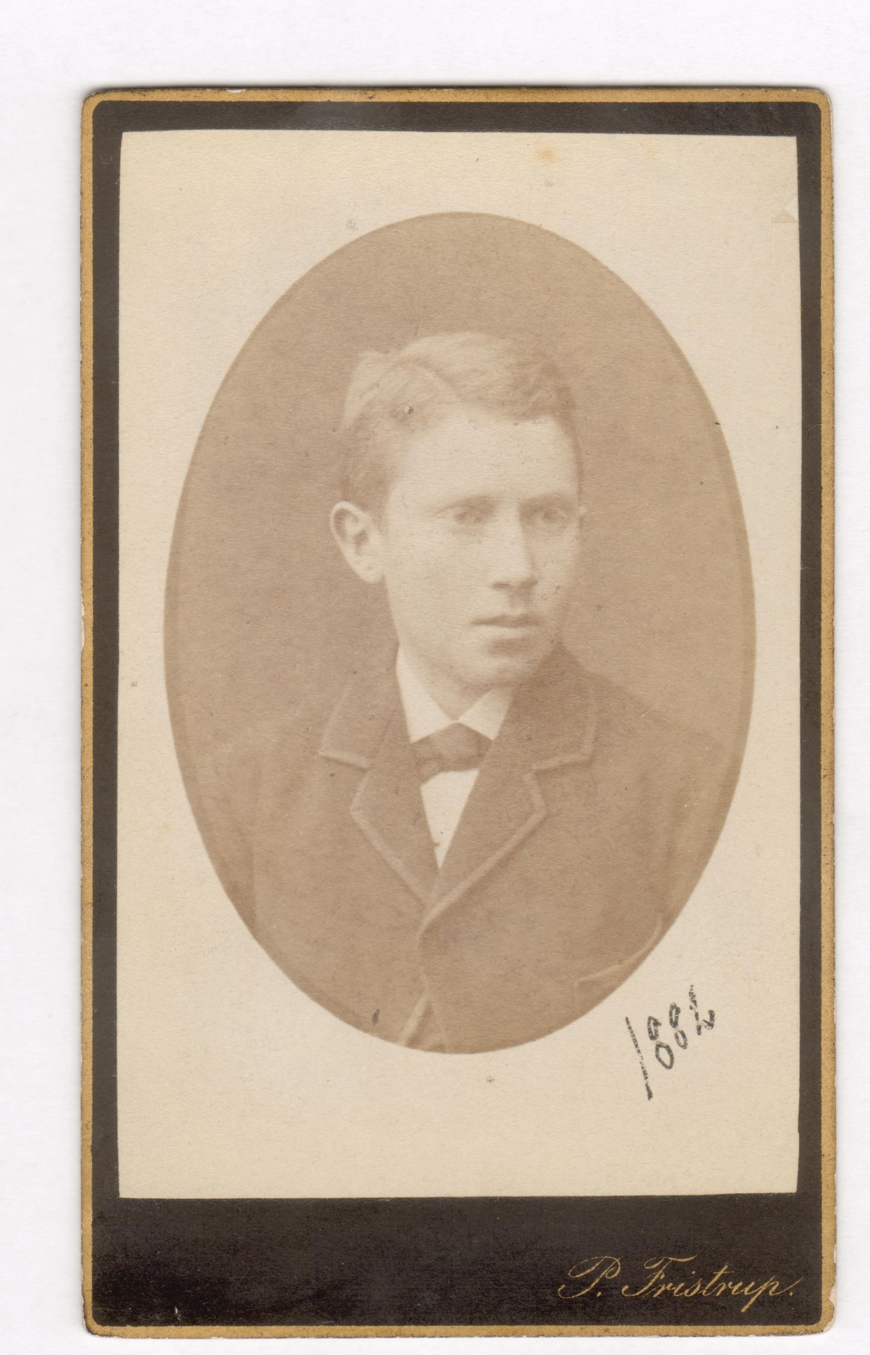 75.58  Oskar Sophus  Borch, f. 13.2 1866, bror til Olaf Georg Borch.  Fotograf P. Fristrup, Købmagergade 9, København Dateret 1882