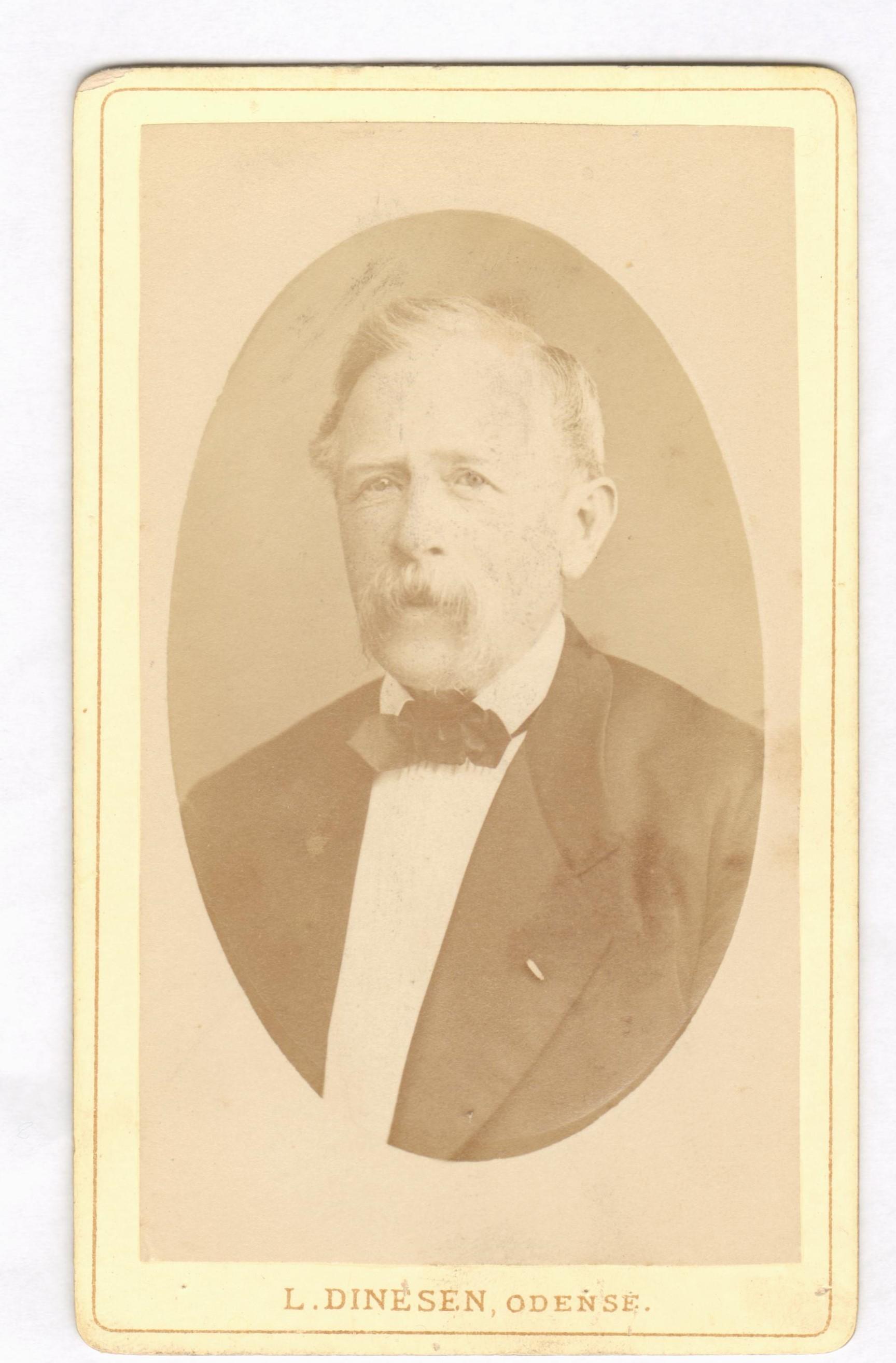 75.71  Jacob Lytzen 1818-1904 officer, kammerjunker, ritmester.  Bror til Charlotte Albeck, f. Lytzen.  Fotograf L. Dinesen, Overgade 11, Odense