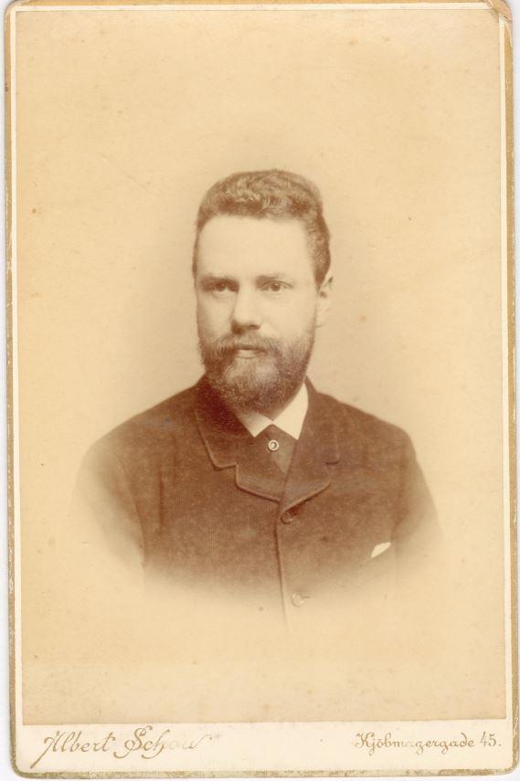 75.81 Frederik Ringheim f. 26.2 1854 fhv. postmester, søn af stabsdyrlæge David Ringheim.  Fotograf Albert Schou, Kjøbmagergade 45, København.  Datering ukendt.