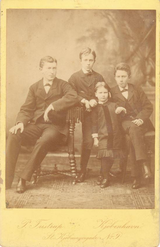 75.85  Ferdinand, Oscar, Karla og Olaf Borch.  Fotograf P. Fristrup, Kjøbmagergade 9, København.  Dateret jul 1881