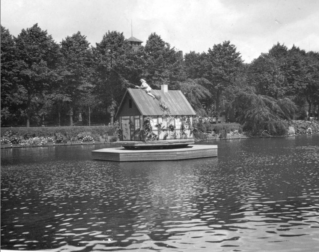 11051.3 Heksens hus i Tivolisøen. Billede er fra cirka 1929.