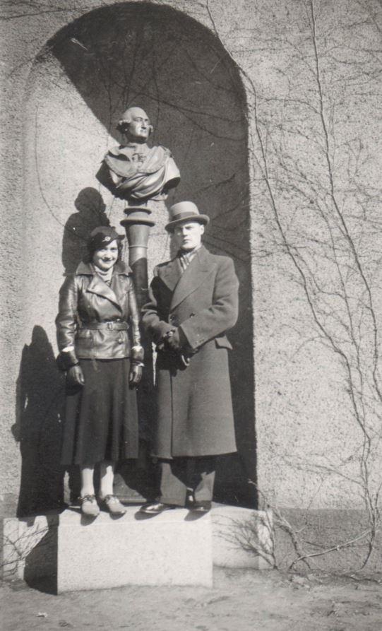100.243 Martha og Svend Larsen foran statuen af Classen.