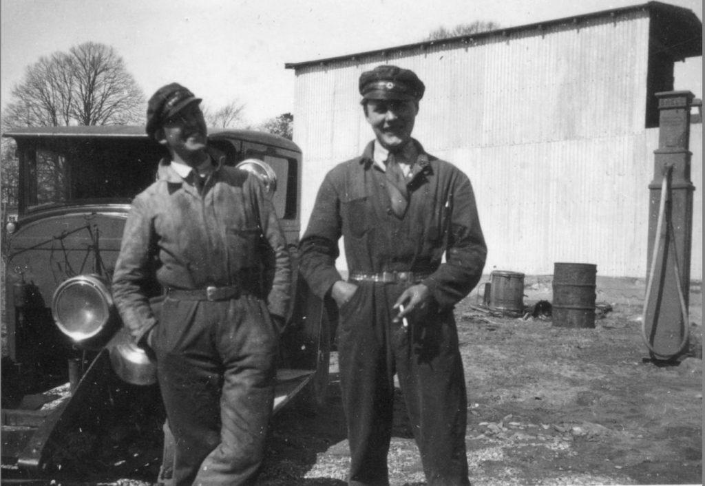 100.49 Mekaniker Svend Åge Larsen til højre ved autoværkstedet, Lyhnesvej 4,Fredensborg cirka 1930.