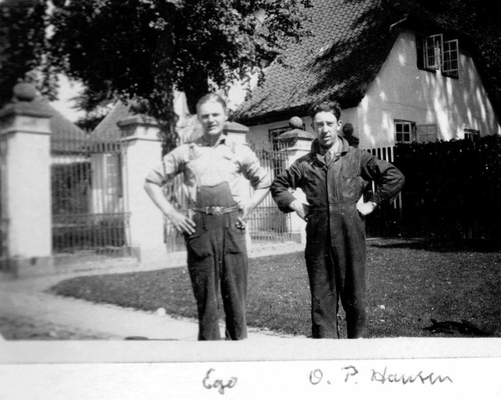 100.53 mekaniker Svend Åge Larsen til venstre sammen med mekaniker O.P Hansen foran Fredensborg slot cirka 1931