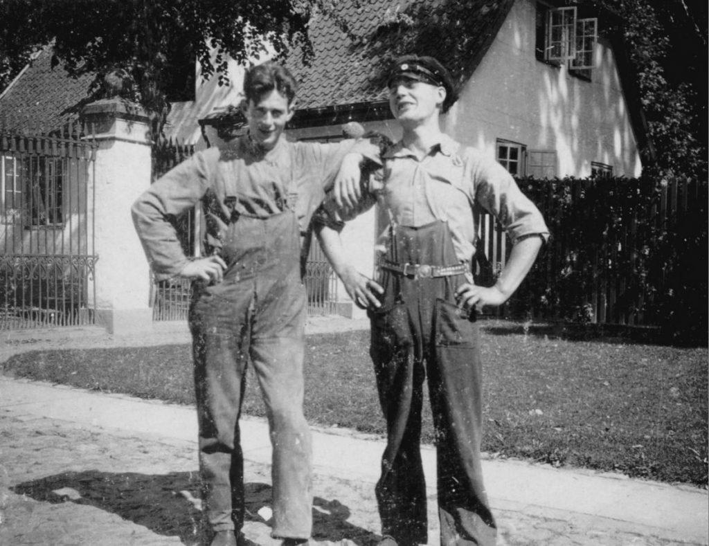 100.56 mekaniker Svend Åge Larsen til højre sammen med ukendt mekaniker foran Fredensborg slot cirka 1931