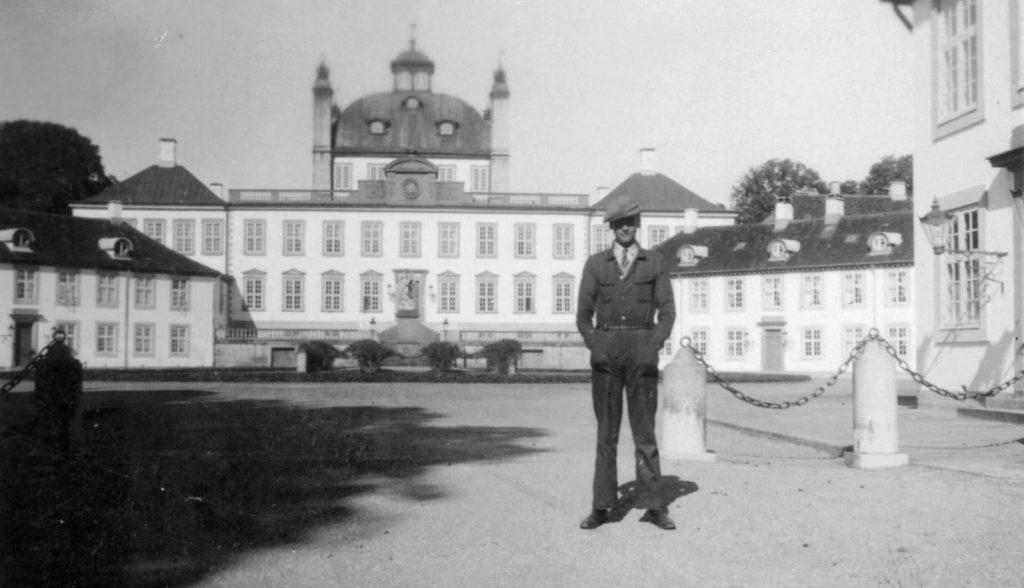 100.61 foran Fredensborg Slot cirka 1931