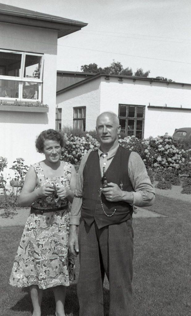 100.4.142  Lyhnesvej 4, Fredensborg. Fra venstre : Karla og Carl Knutzen.