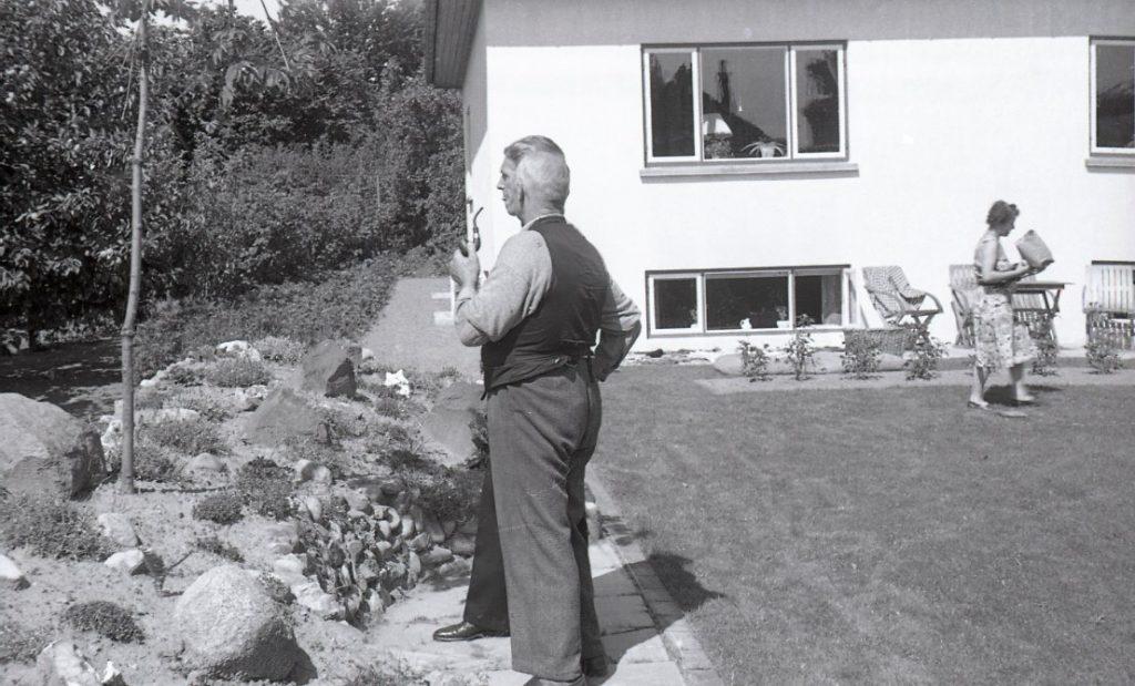 100.4.149 Lyhnesvej 4,Carl Knutzen med piben, Karla Knutzen i baggrunden. ,