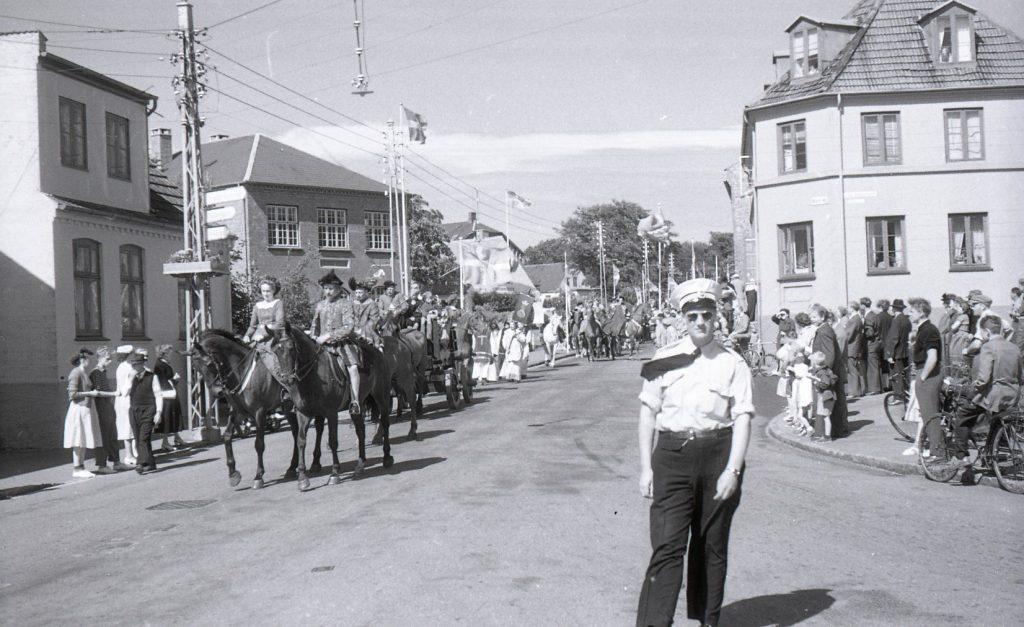 100.4.296 Optog ved byfest cirka 1955,Jernbanegade/Anker Heegaardsgade. Strandvejen går ud til højre for betjenten.