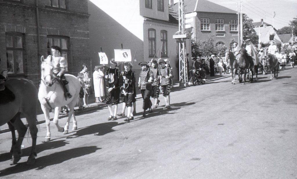 100.4.304 Byfest, Jernbanegade cirka 1955