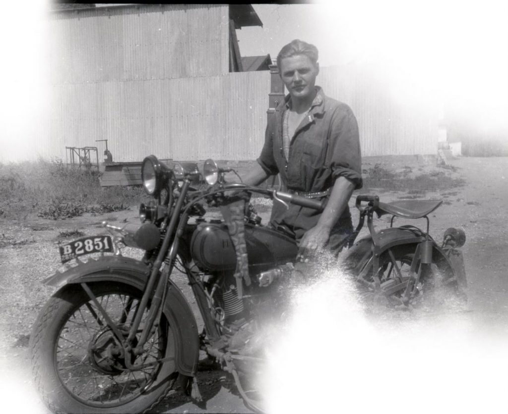 5.44 Svend Åge Larsen på Harley Davidson-motorcykel, cirka 1930