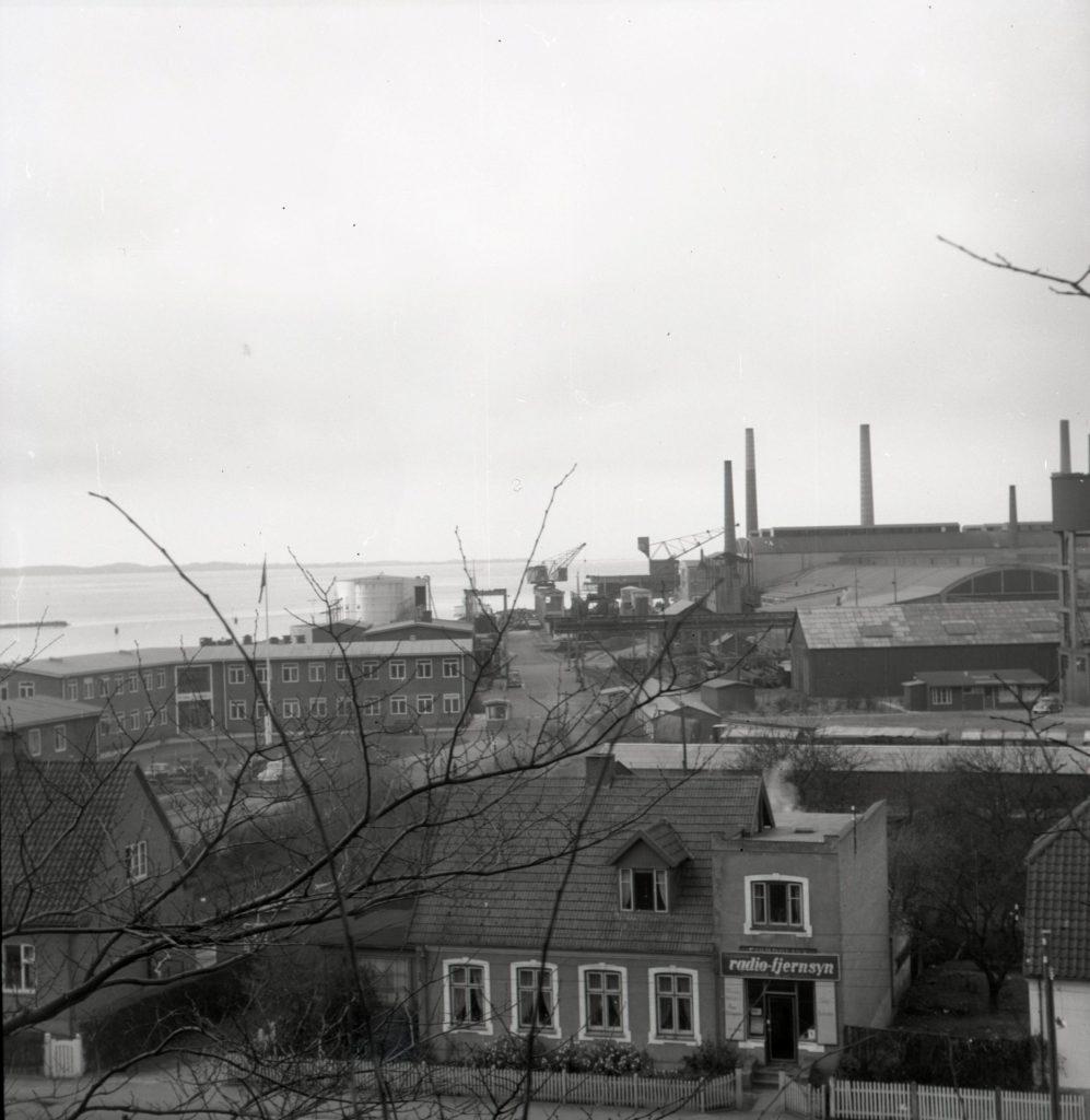 100.5.7 Udsigt til stålvalseværket, fotograferet fra bakken ved Strandvejen 54.