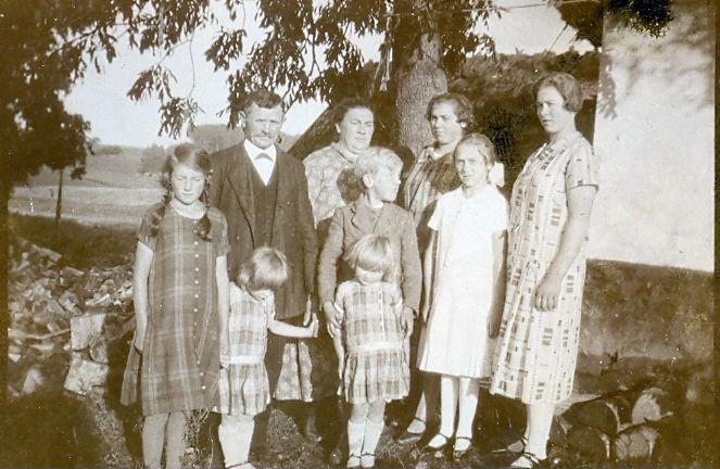 10.126Lars Pedersen og hustru Ellen bagerst til venstre + børn