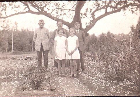 10.159 Lars og Ellen Pedersen med tvillingerne Asta og Eva foran sig. Plus sandsynligvis sønnen Harry.