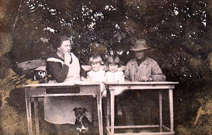 10.162 Sandsynligvis Ellen og Lars Pedersen med tvillingerne Asta og Eva – ca 1927