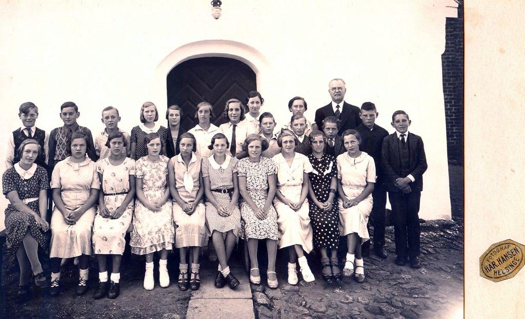 10.177 Tikøb Kirke med sognepræst Martin Frøkjær-Jensen omkring 1940