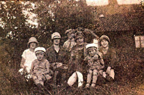 10.72 Ellen og Lars Pedersen med tvillingerne Asta og Eva, ca 1926