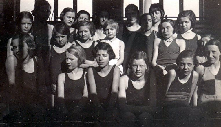 10.77 Gymnastikpiger-måske i Havreholm eller Tikøb.