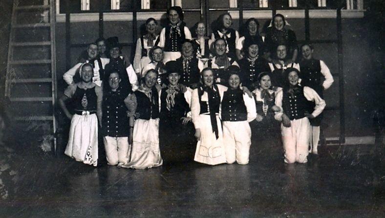 10.79 Folkedansere – ligner Tikøb Skoles gamle gymnastiksal.