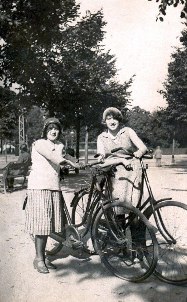 10.98 Ved Vibenshus Runddel, set fra Nørre Alle. Cirka år 1930.
