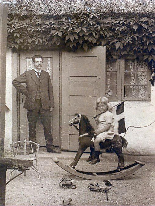 16.107 Johannes Gregersen med sønnen Find i Vedbæk cirka 1910