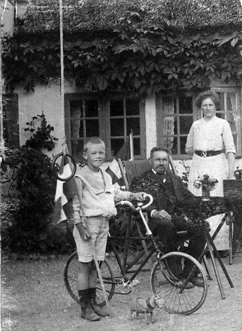 16.120 Johannes Gregersen med forældrene i Særslev, Fyn