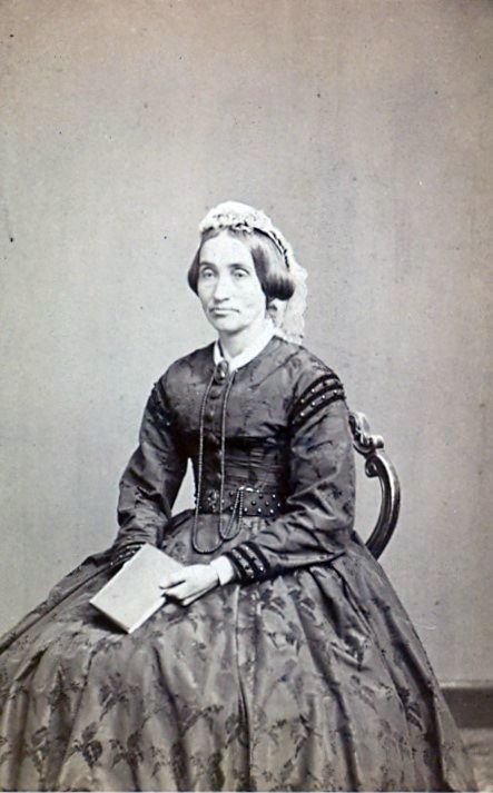 19.10 Fru Høst, gift med Kaptajn Høst.