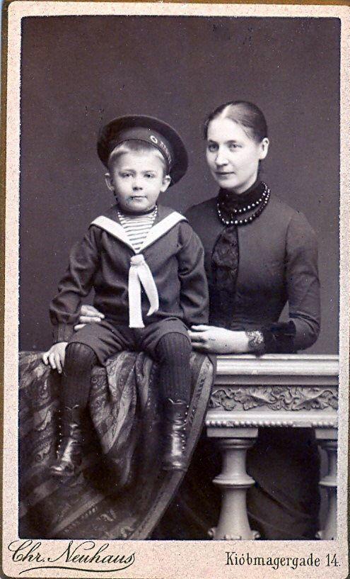 19.18 Tekst på bagside : Rasmus Broe, søn af Axel og Johanne Broe