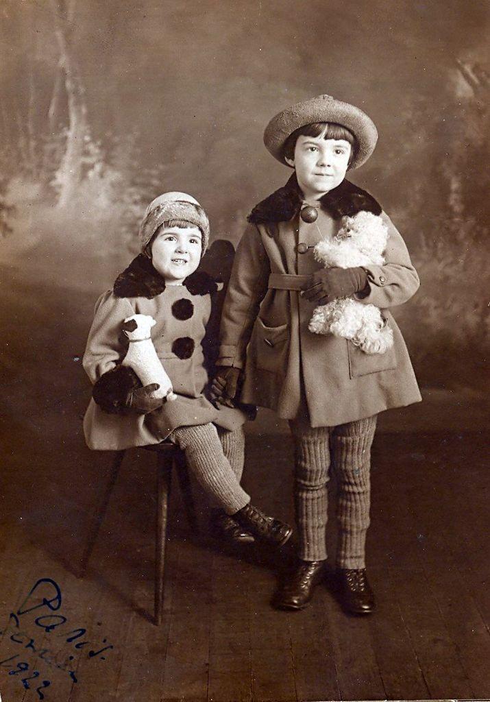 19.23 Eva Badin, f.Elsters ældste børn : Jacquat og Jeannine Badin.